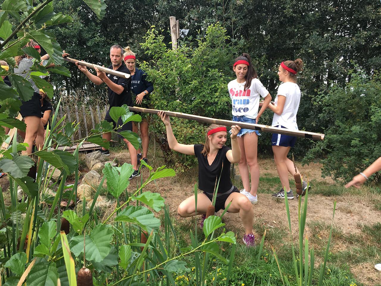team houdt watergoten vast om de pot te vullen en de proef te volbrengen
