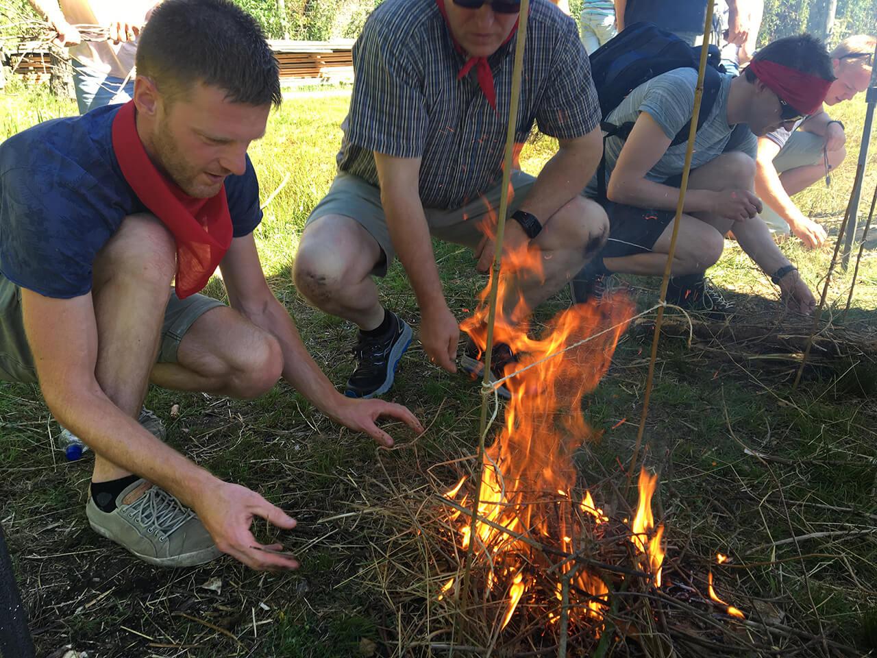 Jongeman maakt groot vuur om touw mee door te branden