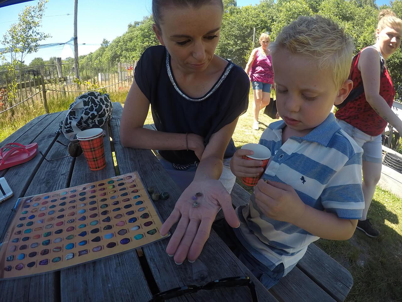 Moeder en zoon bekijken welke mooie edelstenen ze gevonden hebben
